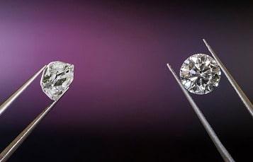 En rådiamant sida vid sida med en slipad diamant.