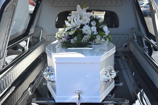 Bild på en kista i en bil som är förberedd av en begravningsbyrå och redo för begravning.