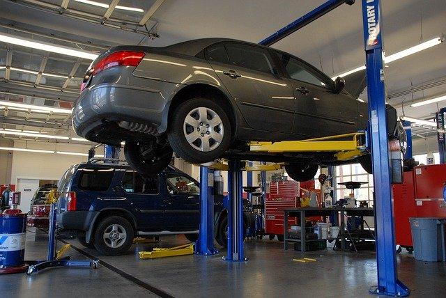 Bilar på service hos en bilmekaniker.