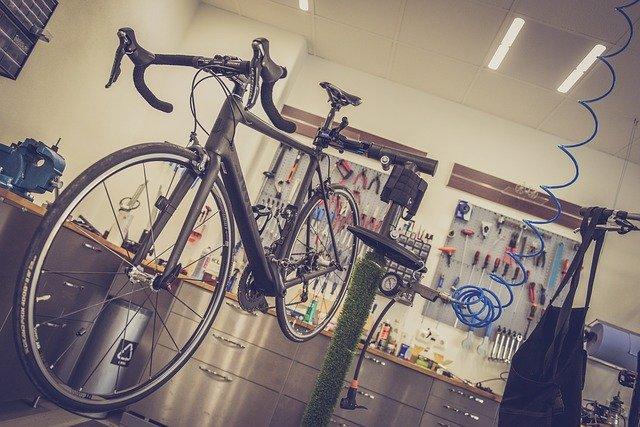 Cykel inne för reparation hos en cykelreparatör.