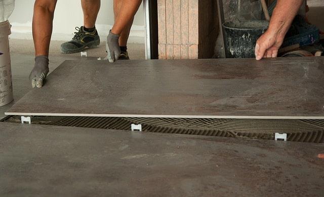 Plattsättning som utförs av golvläggare.