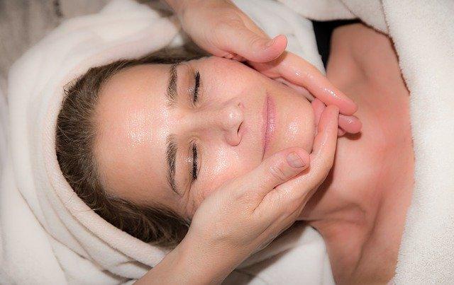 Ansiktsbehandling som utförs av en hudterapeut.